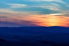 Puesta del sol hermosa con las nubes coloridas Fotografía de archivo