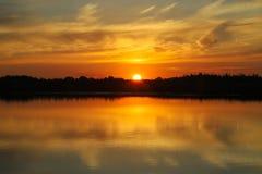 Puesta del sol hermosa con las nubes en el río Volga Fotografía de archivo libre de regalías