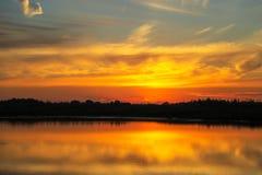 Puesta del sol hermosa con las nubes en el río Volga Imagen de archivo libre de regalías
