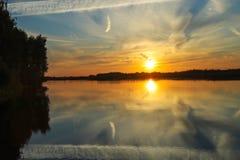 Puesta del sol hermosa con las nubes en el río Volga Foto de archivo libre de regalías