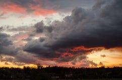 Puesta del sol hermosa con las nubes gris oscuro Fotografía de archivo libre de regalías