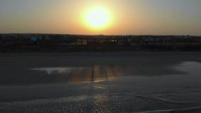 Puesta del sol hermosa con las nubes y vista al mar almacen de metraje de vídeo