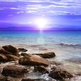 Puesta del sol hermosa con las rocas Foto de archivo