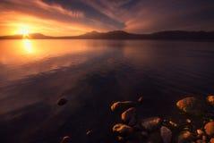 Puesta del sol hermosa con reflexiones agradables Fotografía de archivo libre de regalías