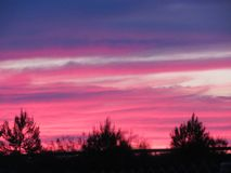 Puesta del sol hermosa con un color increíble de las nubes imágenes de archivo libres de regalías