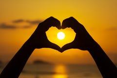 Puesta del sol hermosa de Ibiza en Cala Conta, Ibiza, cerca de San Antonio Foto de archivo