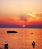 Puesta del sol hermosa de la familia en el mar Imagenes de archivo
