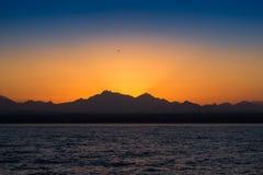 Puesta del sol hermosa de la montaña fotografía de archivo