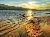 Puesta del sol hermosa de la playa imagen de archivo