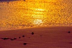Puesta del sol hermosa de la playa Línea de la playa idílica de la isla de las vacaciones Imágenes de archivo libres de regalías