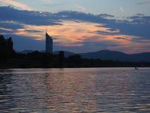 Puesta del sol hermosa de la tarde con la foto del río en Viena fotografía de archivo libre de regalías