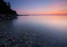 Puesta del sol hermosa de una bahía sueca. fotos de archivo libres de regalías