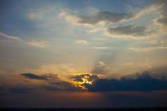Puesta del sol hermosa del cielo Imagenes de archivo