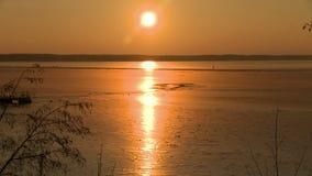 Puesta del sol hermosa del invierno en una opinión de día ventoso metrajes