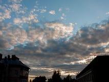 Puesta del sol hermosa del paisaje urbano metrajes