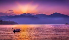 Puesta del sol hermosa del verano en el lago Orta, Italia Imagen de archivo libre de regalías