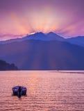 Puesta del sol hermosa del verano en el lago Orta, Italia Foto de archivo