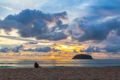 Puesta del sol hermosa detrás de la isla de la PU en la playa de KATA foto de archivo