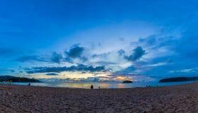 Puesta del sol hermosa detrás de la isla de la PU en la playa de KATA fotografía de archivo