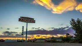 Puesta del sol hermosa detrás de la muestra del motel del restaurante almacen de video