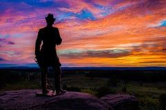 Puesta del sol hermosa detrás de una estatua en poco Roundtop, Gettysburg, Pennsylvania del verano. Imagen de archivo libre de regalías