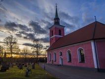 Puesta del sol hermosa e iglesia Foto de archivo libre de regalías