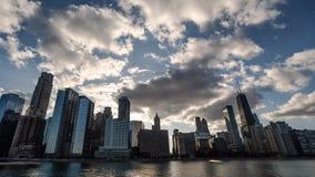 Puesta del sol hermosa en Chicago a través de edificios - sol fijado en Chicago en el lapso de tiempo del lago Michigan del centr almacen de metraje de vídeo