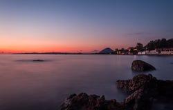 Puesta del sol hermosa en Corfú Grecia Europa Foto de archivo