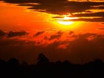 Puesta del sol hermosa en el campo Foto de archivo