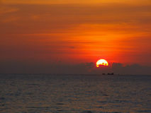 Puesta del sol hermosa en el campo Fotos de archivo libres de regalías