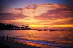Puesta del sol hermosa en el centro turístico de Lombok indonesia Foto de archivo