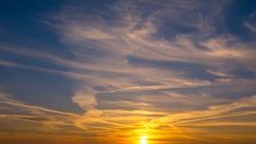Puesta del sol hermosa en el cielo Fotos de archivo libres de regalías