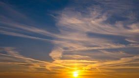 Puesta del sol hermosa en el cielo Fotos de archivo