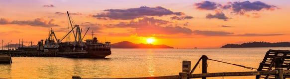 Puesta del sol hermosa en el embarcadero de Bodin, Ranong, Tailandia Foto de archivo
