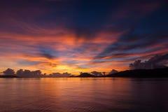 Puesta del sol hermosa en el estrecho de Dampier, Raja Ampat Foto de archivo