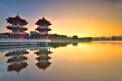Puesta del sol hermosa en el jardín chino con la pagoda gemela en Singapur Foto de archivo