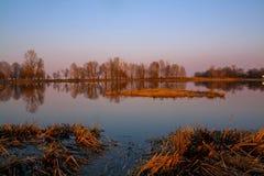 Puesta del sol hermosa en el lago Foto de archivo libre de regalías