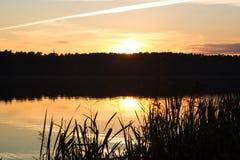 Puesta del sol hermosa en el lago Fotos de archivo libres de regalías