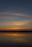 Puesta del sol hermosa en el lago fotografía de archivo