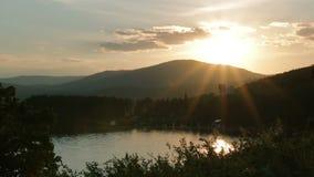 Puesta del sol hermosa en el lago almacen de metraje de vídeo