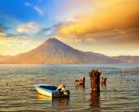 Puesta del sol hermosa en el lago Atitlan cerca del volcán Fotos de archivo
