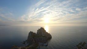 Puesta del sol hermosa en el lago Baikal almacen de video