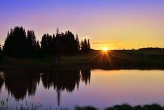 Puesta del sol hermosa en el lago del bosque Fotografía de archivo libre de regalías