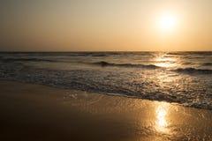 Puesta del sol hermosa en el mar fotos de archivo