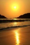 Puesta del sol hermosa en el mar fotos de archivo libres de regalías