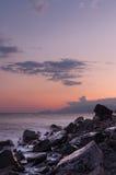 Puesta del sol hermosa en el mar. Foto de archivo libre de regalías