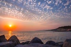 Puesta del sol hermosa en el mar Fotografía de archivo