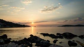 Puesta del sol hermosa en el mar adriático en Croacia metrajes