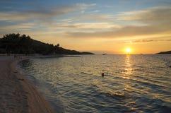 Puesta del sol hermosa en el mar adriático en Croacia Europa Fotos de archivo
