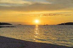 Puesta del sol hermosa en el mar adriático en Croacia Europa Imagen de archivo